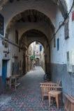 Schmale Straße und bunte alte Häuser von mittelalterlichem Medina von Essa Stockfotos