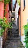 Schmale Straße in Varenna, See Como, Italien Lizenzfreie Stockfotografie