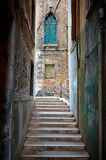 Schmale Straße in Venedig Lizenzfreies Stockfoto