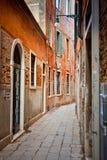 Schmale Straße in Venedig Stockfotografie