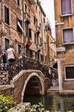 Schmale Straße in Venedig Italien Stockfotografie