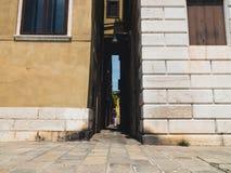 Schmale Straße in Venedig, Italien Stockfotografie