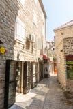 Schmale Straße von altem Budva in Montenegro Lizenzfreie Stockfotografie