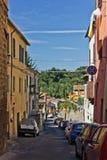 Schmale Straße von Asciano, Italien lizenzfreies stockbild