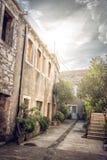 Schmale Straße von Blato-Dorf in Kroatien Lizenzfreie Stockfotos