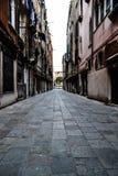 Schmale Straße von Venedig stockfotos