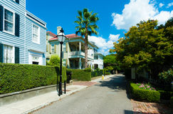 Schmale Straße in wohlhabender Charleston-Nachbarschaft USA Stockfotos