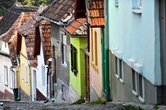 Schmale Straßen-Ansicht mit bunten Häusern Stockfoto