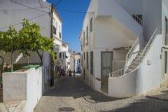 Schmale Straßen und gemalte weiße Häuser im burgau stockfotografie