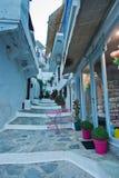 Schmale Straßen und weiße Häuser von Skopelos-Stadt bei Sonnenuntergang, Insel von Skopelos stockfoto