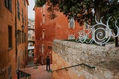 Schmale Straßen von Grasse, die Stadt von Parfümen, Frankreich; Mann, der ein Foto macht Lizenzfreie Stockfotos