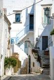 Schmale Straßen von Ostuni-Stadt mit weißen Gebäuden, Puglia, Ital lizenzfreies stockfoto