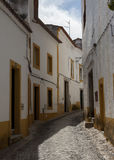Schmale Straßenarchitektur mit Kopfsteinen in Evora, Portugal Stockfotografie