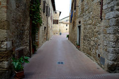 Schmale Straße in San Gimignano in Toskana, Italien Lizenzfreie Stockbilder