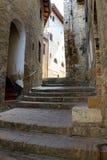 Schmale Straße und Treppe in San Gimignano in Toskana, Italien Stockfotografie