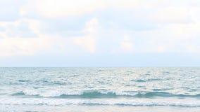 Schmale Strandlinie, Meereswellen mit der Welle, die auf sandigem Ufer zusammenstößt stock footage