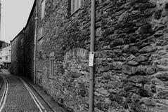 Schmale und alte Straße in Playmouth, England Schwarzweiss--pho Lizenzfreie Stockfotos