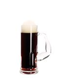 Schmaler Becher mit braunem Bier. Lizenzfreie Stockfotos