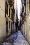 Schmaler Durchgang in Barcelona lizenzfreies stockfoto