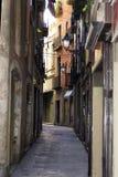 Schmaler Durchgang in Barcelona stockfotos