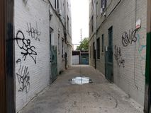 Schmaler Durchgang zwischen Gebäuden, Gasse, Astoria, Queens, NYC, USA stockfoto