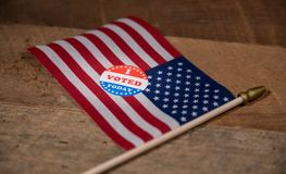Schmaler Fokus an wählte ich heute Papieraufkleber auf US-Flagge lizenzfreies stockbild