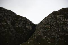 Schmaler Gebirgspass dicht umfasst in den Bäumen lizenzfreie stockfotografie
