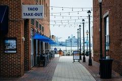 Schmaler Gehweg nach die Ufergegend fällt herein Punkt, Baltimore, Mary Lizenzfreie Stockbilder