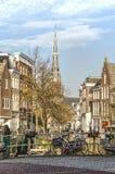 Schmaler Kanal mit Kirche lizenzfreies stockfoto