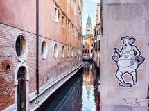 Schmaler Kanal unter alten Häusern in Venedig Lizenzfreie Stockfotos