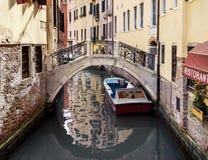 Schmaler Kanal unter alten Häusern in Venedig Lizenzfreie Stockbilder