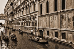 Schmaler Kanal unter der Seufzerbrücke in Venedig Italien Lizenzfreie Stockfotos