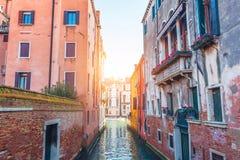 Schmaler Kanal in Venedig übersieht Grand Canal lizenzfreies stockfoto