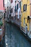 Schmaler Kanal in Venedig lizenzfreie stockbilder