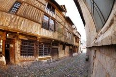Schmaler Kopfstein gepflasterte Straße mit alten Häusern Lizenzfreies Stockbild