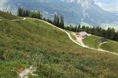 Schmaler Pfad in den Bergen nähern sich Hütte Stockfotos