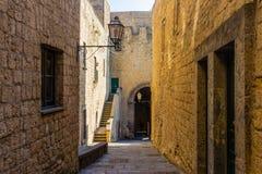 Schmaler Pfad oder Straße zwischen Wänden von Gebäuden in Castel stockfotos