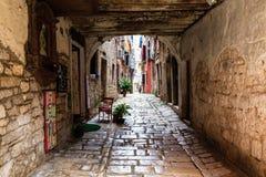 Schmaler Torbogen in der Stadt von Rovinj stockfotos
