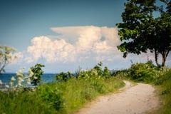 Schmaler Weg führt zu den Strand vom Meer stockfoto