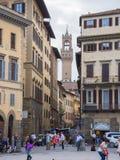 Schmaler Weg in Florenz mit einer Ansicht über Arnolfo-Turm an Vecchio-Palast - FLORENZ/ITALIEN - 12. September 2017 Stockfotos