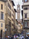 Schmaler Weg in Florenz mit einer Ansicht über Arnolfo-Turm an Vecchio-Palast - FLORENZ/ITALIEN - 12. September 2017 Stockfotografie