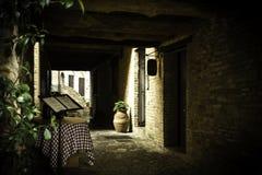Schmaler Weg im alten Vorort Stockfoto