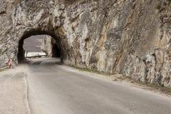 Schmaler Weg und kleiner Tunnel - Golubac, Serbien. Lizenzfreie Stockfotos