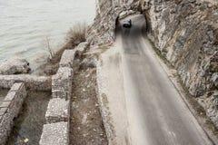 Schmaler Weg und kleiner Tunnel - Golubac, Serbien. Lizenzfreies Stockfoto
