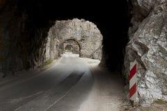 Schmaler Weg und kleiner Tunnel - Golubac, Serbien. Lizenzfreies Stockbild