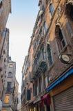 Schmaler Weg zwischen Altbauten in Venedig stockbilder