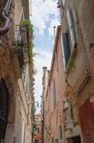 Schmaler Weg zwischen zwei Altbauten in Venedig lizenzfreie stockfotografie
