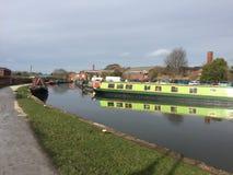 Schmalere Boote auf dem Kanal Trent u. Merseys im Stein, Staffordshire Stockbilder