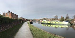 Schmales Boot auf dem Kanal Trent u. Merseys im Stein, Staffordshire Lizenzfreies Stockfoto