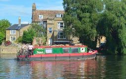 Schmales Boot, das entlang dem Fluss Ouse an St. Neots kreuzt Lizenzfreies Stockbild